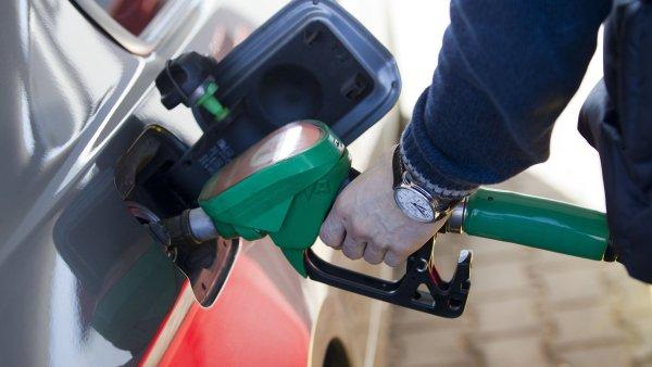 Nejprod�van�j�� benzin Natural 95 zlevnil o t�m�� �ty�i koruny na 28,42 K�/l - Ilustra�n� foto.