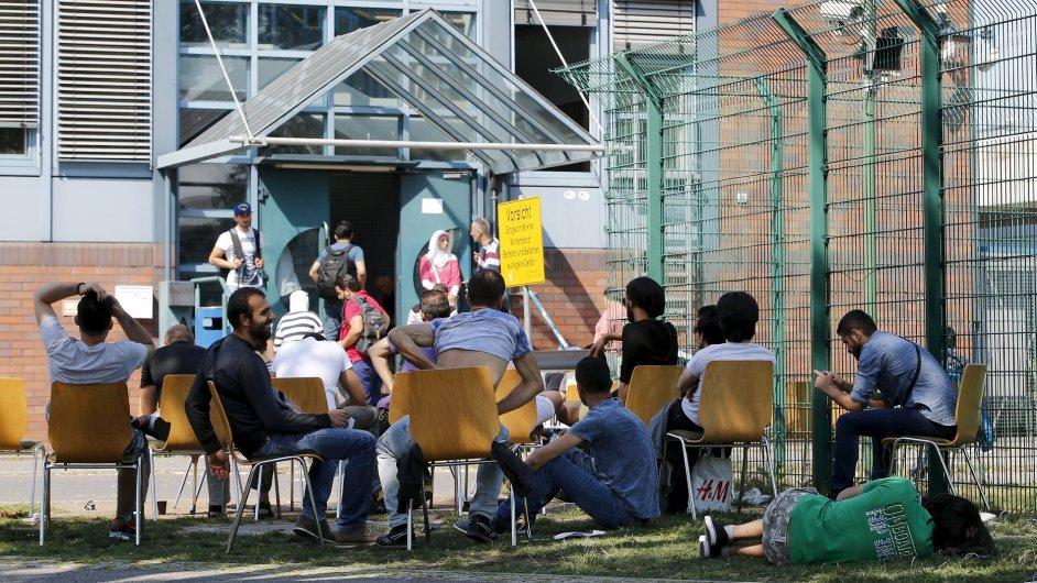 Němečtí žadatelé o azyl před berlínským imigračním úřadem.