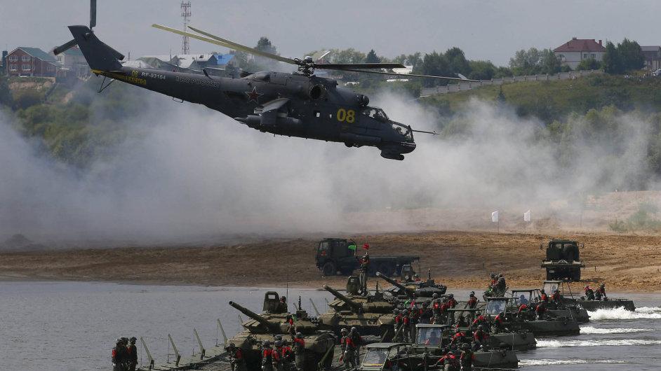 """Vojenská olympiáda v Rusku: Rusko letos poprvé zorganizovalo mezinárodní """"Armádní hry"""", kde vojáci soutěžili v tankovém biatlonu, střelbě z vrtulníků nebo přesné palbě z minometů."""