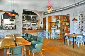 Nejen Bistro je vzornou uk�zkou, jak u��t restauraci na m�ru nejen dan�mu interi�ru, ale tak� okoln�mu prost�ed�.