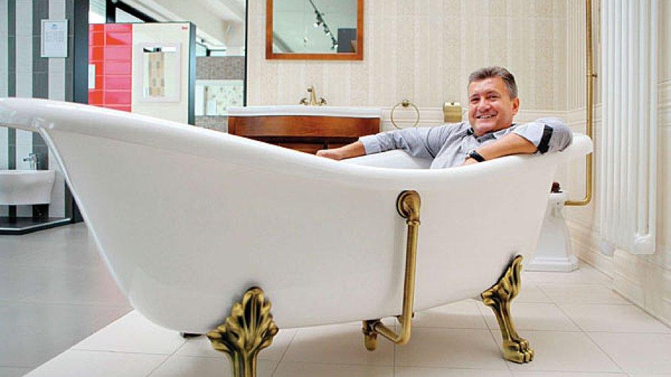 Podnikatel Jiří Soukup si umí krásné výrobky užít.