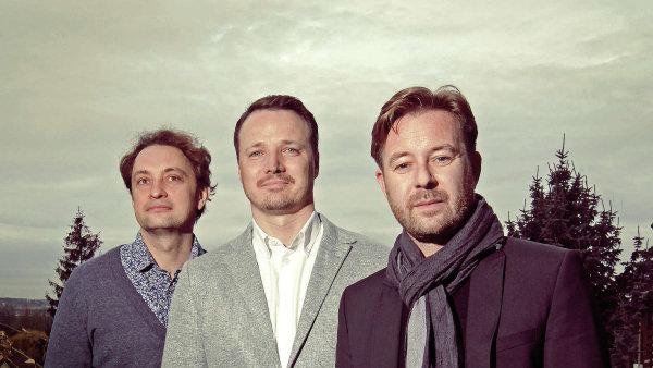 Jindřich Novák (vlevo), Martin Vymětal (uprostřed) a Marek Slezák na střeše trojského sídla vydavatelství Boomerang Publishing