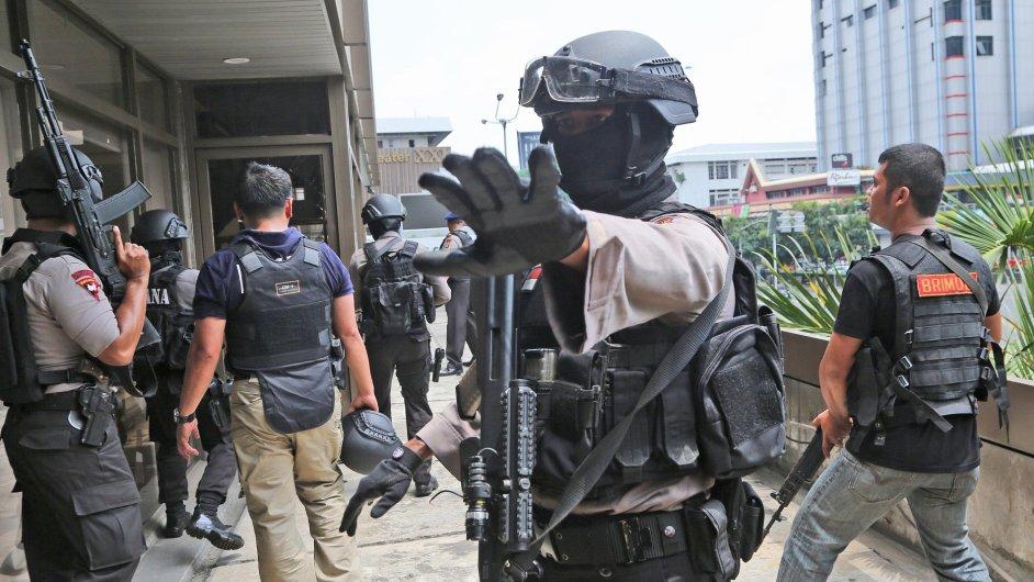 Policisté prohledávali budovu v Jakartě, kde došlo k explozi.
