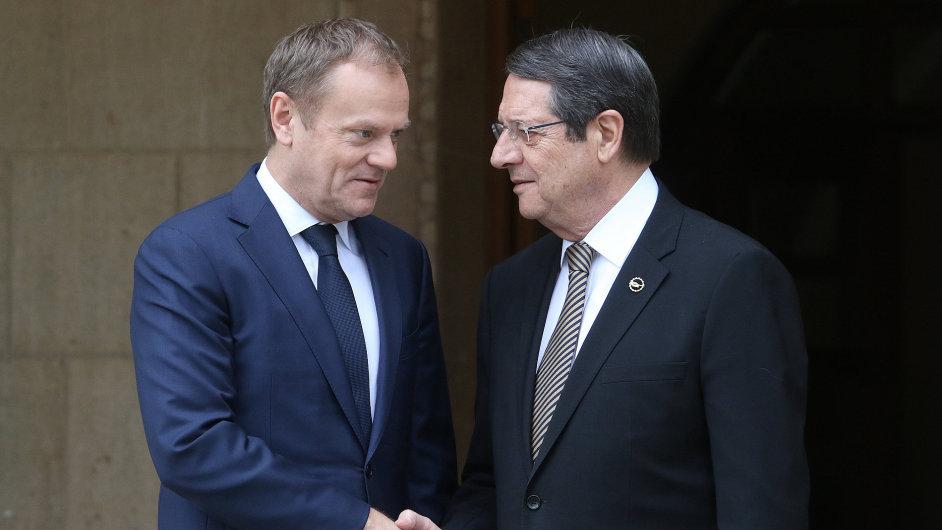 Předseda Evropské rady Donald Tusk (vlevo) s kyperským prezidentem Nikosem Anatsasiadesem