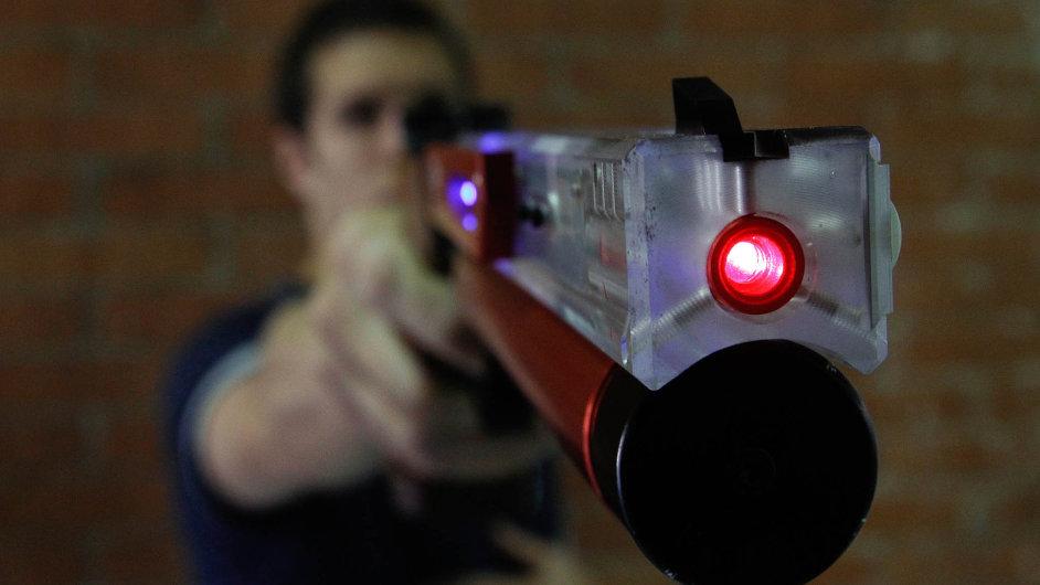 Laserová střelnice pro policii, celníky atajné služby nebude jediným novým cvičištěm, které se zestátních peněz letos nakoupí. Pořídí ji iministerstvo obrany pro Hradní stráž.