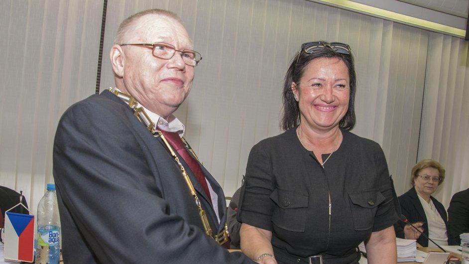 Nový starosta Prahy 10 Vladimír Novák (ČSSD) přijímá gratulaci od bývalé starostky Radmily Kleslové (ANO)