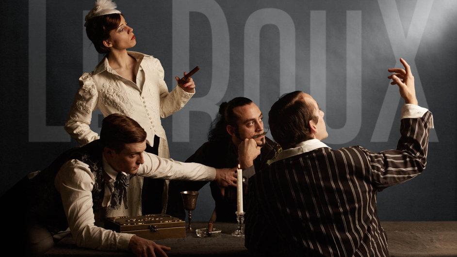 Soubor Cirque Le Roux přivezl naLetnou představení Slon vpokoji stylizované doatmosféry filmu noir.
