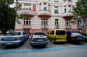 Test parkovac�ch z�n v Praze: Automaty jsou tu daleko od sebe, ob�as jsou z�ny nesmysln� zna�en�