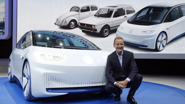 Herbert Diess představil koncept elektromobilu I.D. na autosalonu v Paříži.