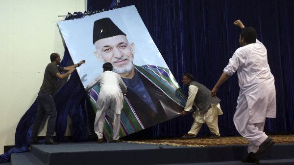 """Afghánský prezident Hámid Karzaj, který znelegálních obchodů akorupce sám neměl majetkový prospěch, si začal otevřeně stěžovat: """"Američané jsou moji hlavní nepřátelé převlečení zapřátele."""""""