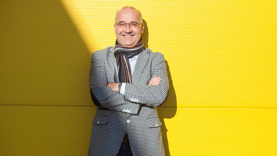 Usměvavý filantrop. Adam Walach podniká, aby mohl pomáhat.