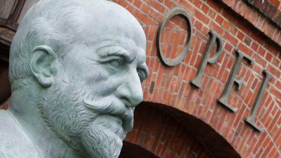 Továrna Opelu v německém Rüsselsheimu, socha zakladatele Adama Opela.