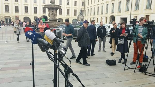 Hradní policie ohradila novináře zátarasy.