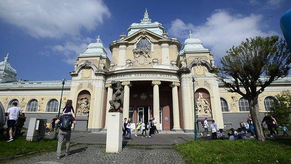 Nový ředitel Radovan Auer letos část doprovodného programu přesunul do přilehlého Lapidária Národního muzea.