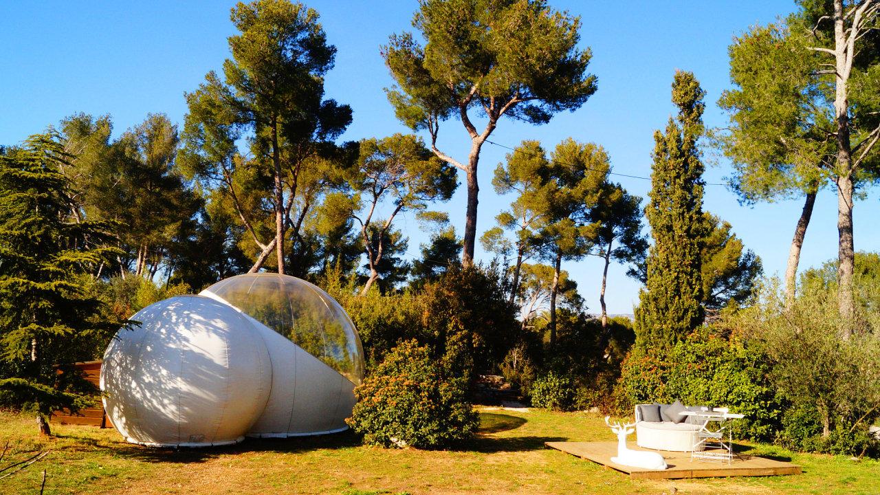Neobvyklý hotel má podobu bubliny umístěné na okraji lesa.