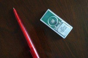 IoT senzor pro různá použití v síti internetu věcí. Velikostí a tvarem připomíná žvýkačku.