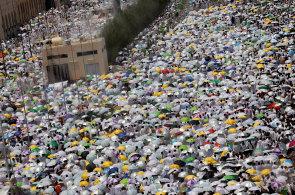 Na tradiční pouť do Mekky se letos vydaly dva miliony muslimů. Před sluncem je chrání deštníky