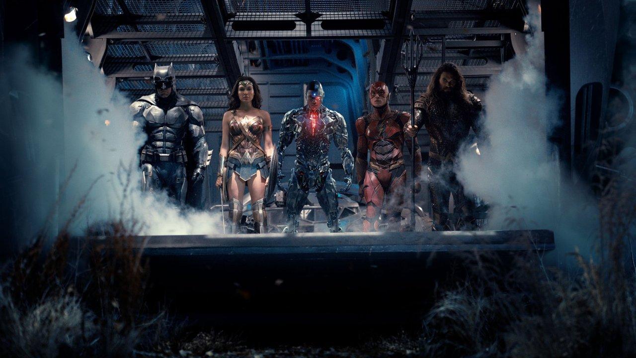 Batman, který se minule se Supermanem příliš skamarádit nestihl, nyní do boje proti démonickému Ničiteli světů verbuje, kde může.