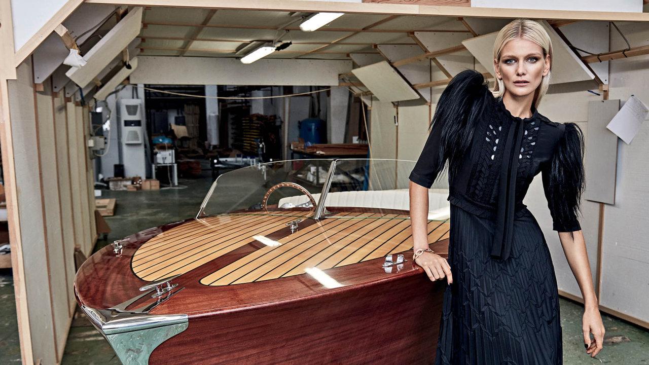 Loď bude uvedena natrh natrh počátkem příštího roku během největší evropské výstavy vDüsseldorfu. Šaty: Bottega Veneta; Náramek: Roberto Coin.