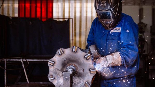 Aby získal povolení pracovat v ČR, musí mít cizinec pracovní smlouvu nebo dohodu o pracovní činnosti minimálně na 15 hodin týdně za českou minimální mzdu.