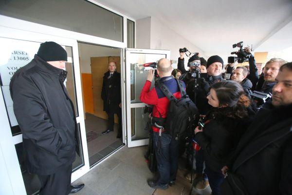 Miloš Zeman volí ve volební místnosti, kde se před dvěma týdny vrhla k prezidentovi ukrajinská aktivistka.