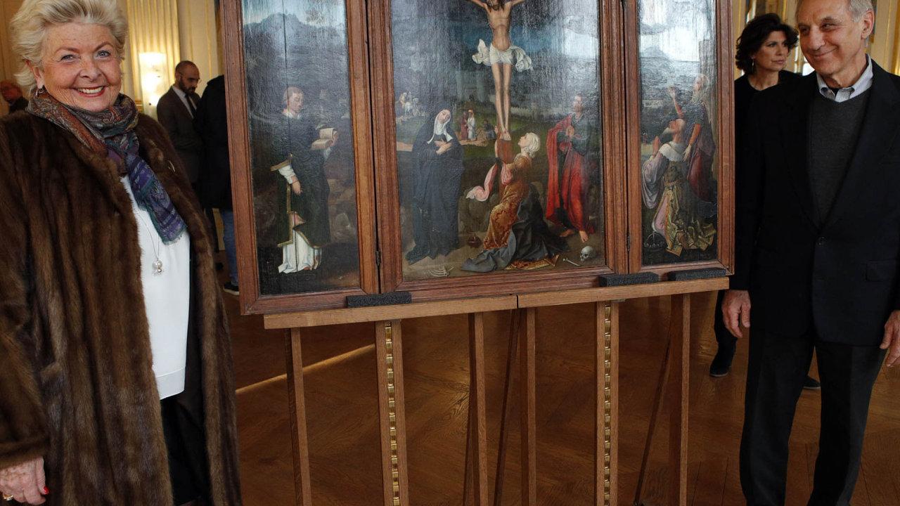 Restituce. Poletech potomci původních majitelů, Henrietta Schubertová aChris Bromberg, restituovali triptych Ukřižování.