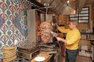 Muži od masné tyče: V Česku existují stovky kebabáren s podobným jídlem, ale různými příběhy jejich majitelů