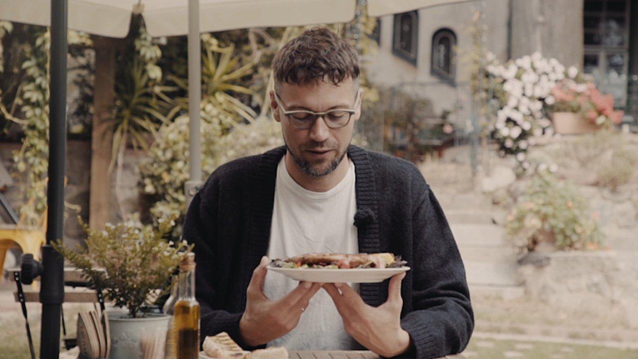 Za víkend prodají klidně 9 kilo kalamár. Zahradní restaurace Villy Vojkov zase žije.