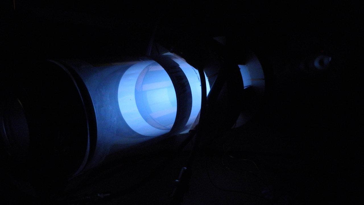 Výzkumný azkušební letecký ústav společně sfirmou SpaceLab EU si podobu svého iontového motoru pečlivě střeží. Zatím zveřejnili jedinou fotografii zprůběhu testování.