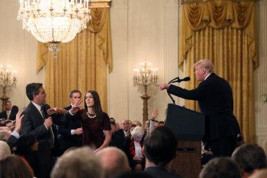 Slovní přestřelku zpravodaje CNN Jima Acosty aprezidenta Donalda Trumpa obě strany prezentují jako souboj dobra azla.
