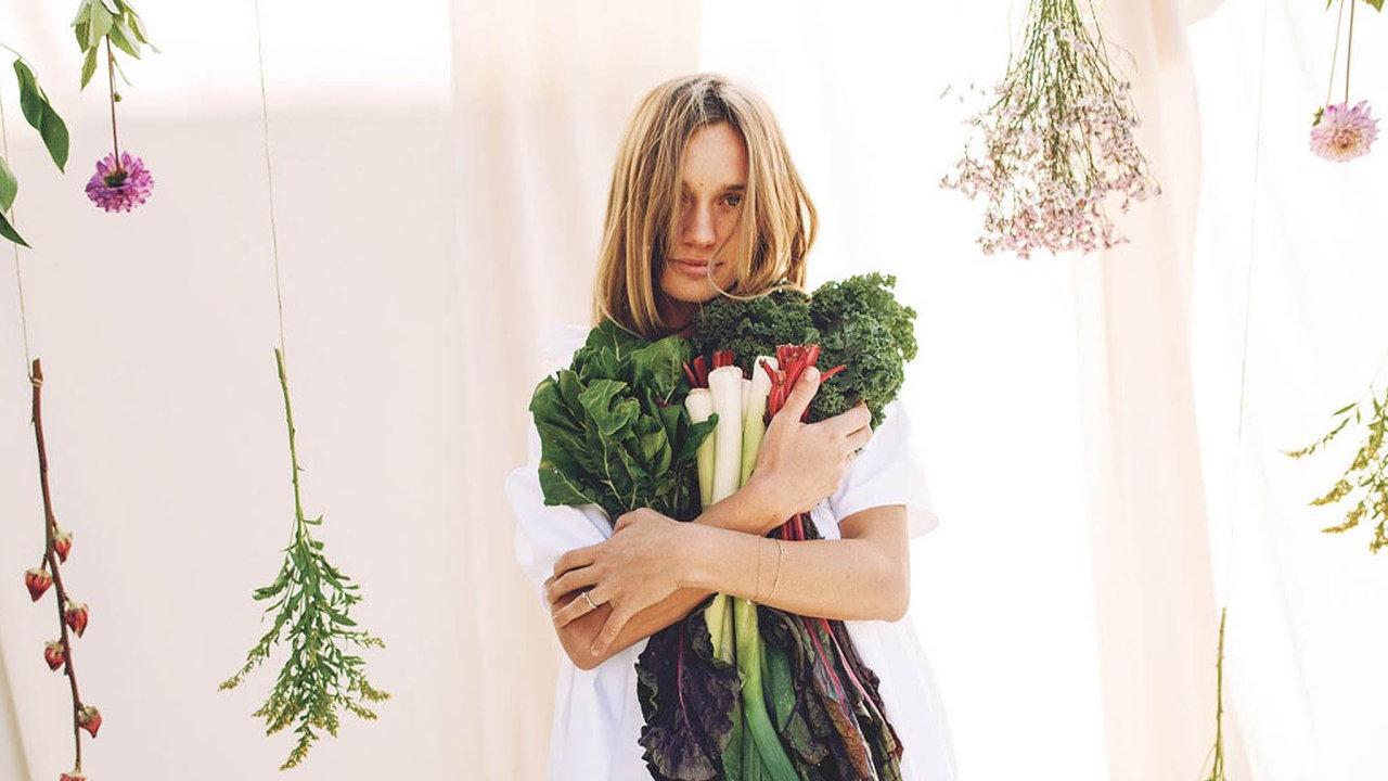 """""""Sdílím, co zrovna snídám, kde jsme byli se synkem naprocházce, nebo krásně prostřený stůl,"""" přibližuje tajemství úspěchu své značky Barbora Karpíšková, autorka blogu Bjukitchen."""