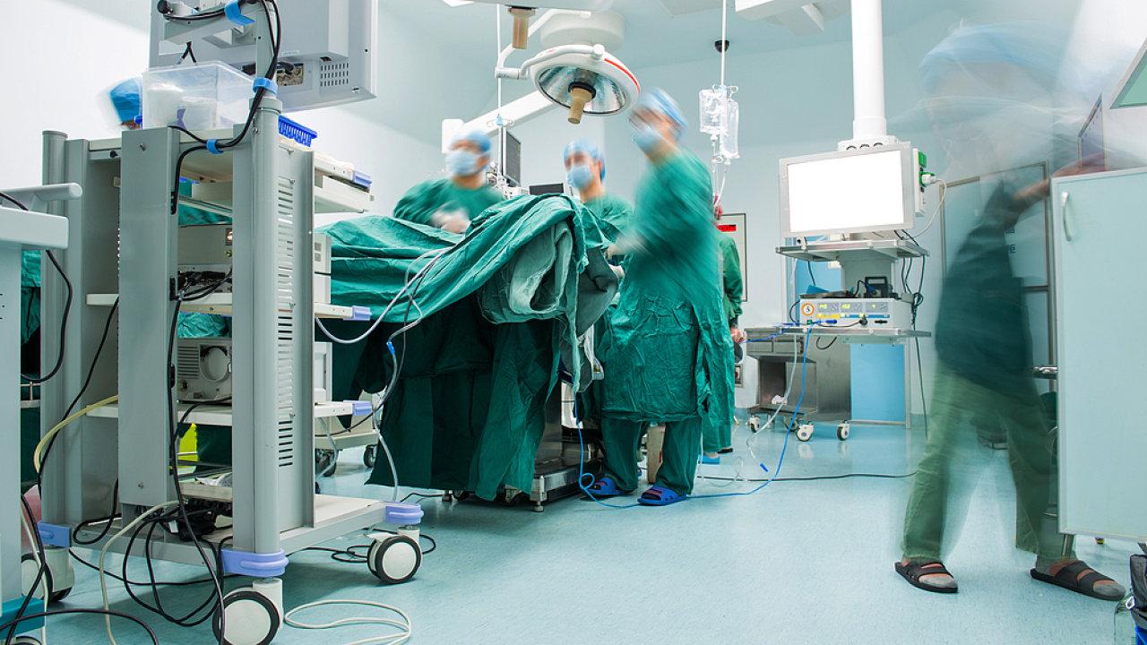 V květnu 2017 tehdy osmiletý chlapec čtyři dny po operaci mandlí začal silně krvácet a následně upadl do bdělého kómatu. Ilustrační foto.
