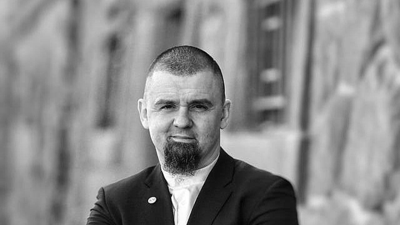 Leonid Kušnarenko zveřejnil na svém facebookovém účtu video, na němž v souvislosti s pátečním útokem na mešity na Novém Zélandu nabízí pražským muslimům, že jim pomůže se ozbrojit.