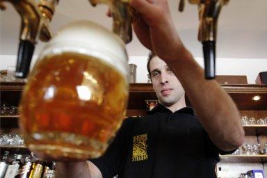 Piva se v hospodách pije stále méně, Češi si ho raději koupí domů.