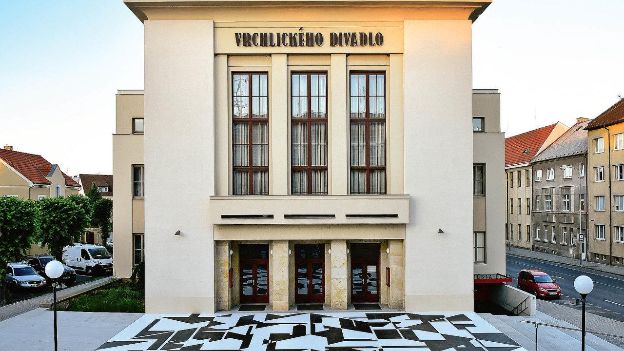 Piazzetta má plochu 170 metrů čtverečních. Geometrické elementy byly naneseny pomocí epoxidové stěrky nabetonový podklad.
