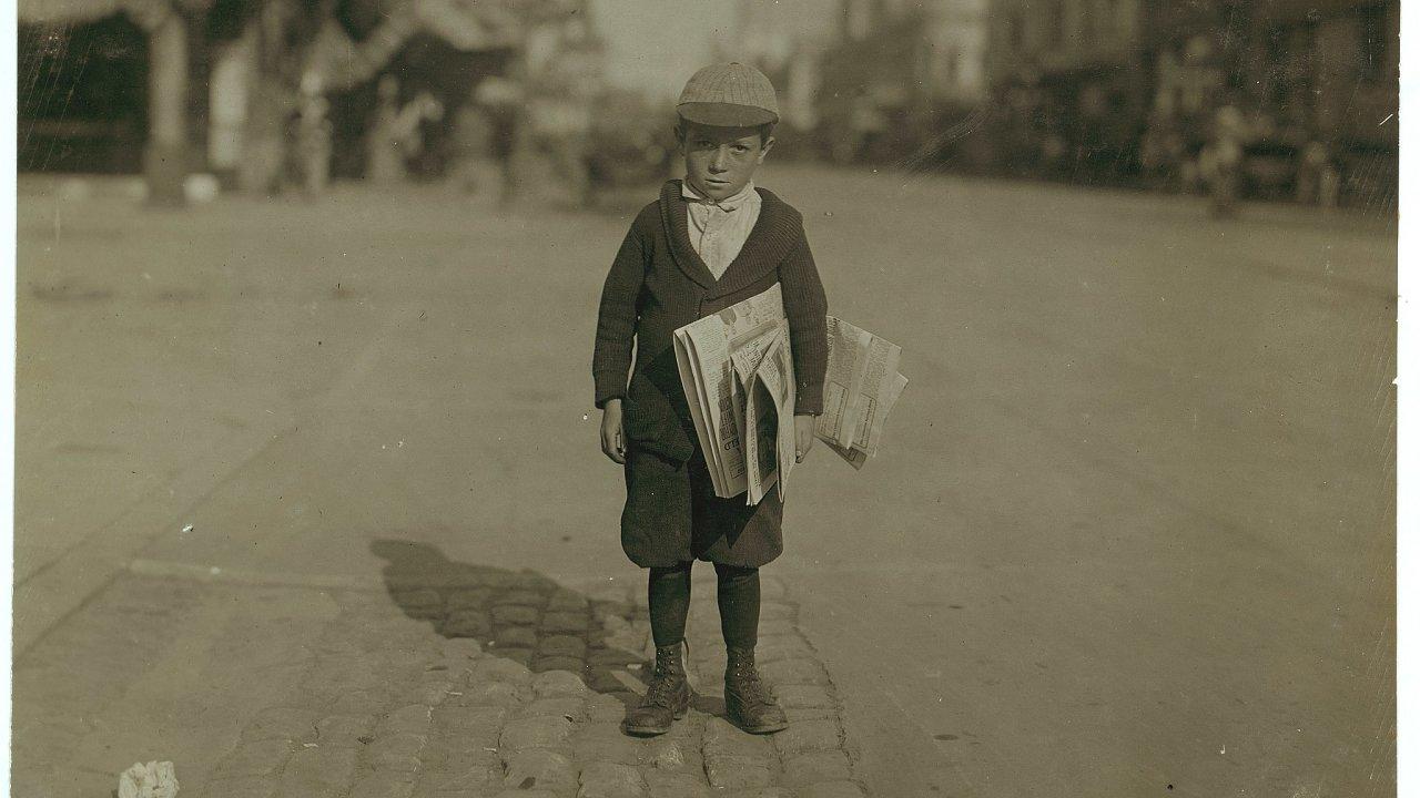 Šestiletý prodavač novin z Kalifornie. Rok 1915.