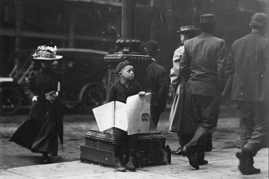 Malý prodavač novin ze St. Louis. Snímek pochází z let 1912-1913.