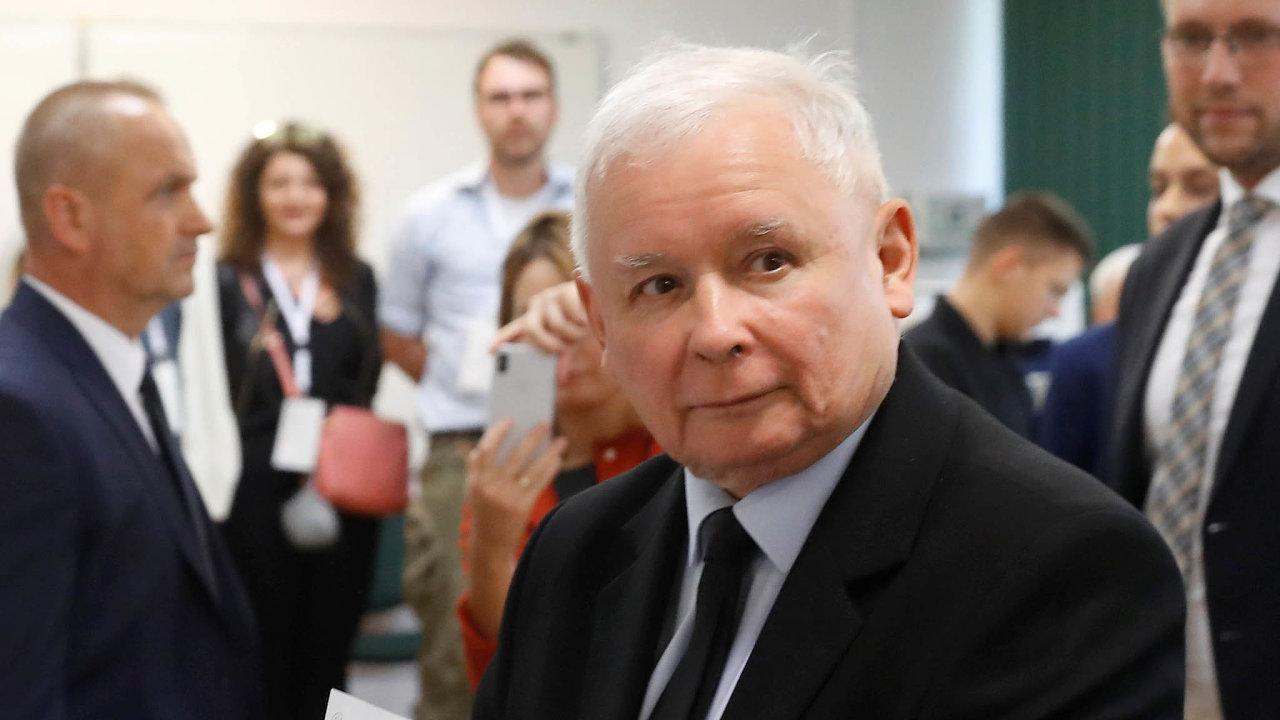 """""""Ukázali jsme, že jsme hodnověrní, plníme sliby, ikdyž vdruhém volebním období to bude těžší,"""" řekl pooznámení odhadů výsledků šéf vítězných vládních konzervativců Jaroslaw Kaczyński."""