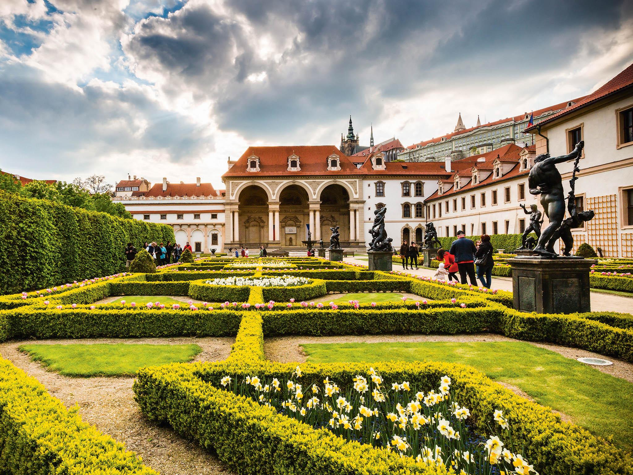 Valdštejnská zahrada,která vznikla souběžně se stavbou Valdštejnského paláce, navazuje naantickou koncepci. Zrak návštěvníků při příchodu ihned spočine nastavbě smonumentální arkádou otřech obloucích.