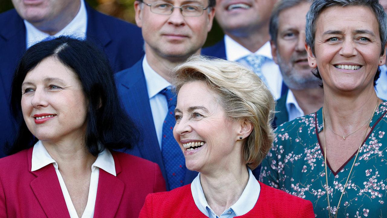 Dámy včerveném: Z27 členů EK je 12 žen, nejvíc vhistorii. Předsedkyni von der Leyenové (CDU) půmůže iVěra Jourová (ANO), místopředsedkyně pro hodnoty atransparentnost.