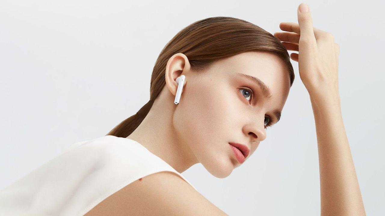 Huawei vyrobil sluchátka s rušením okolního hluku i bezdrátovým nabíjením