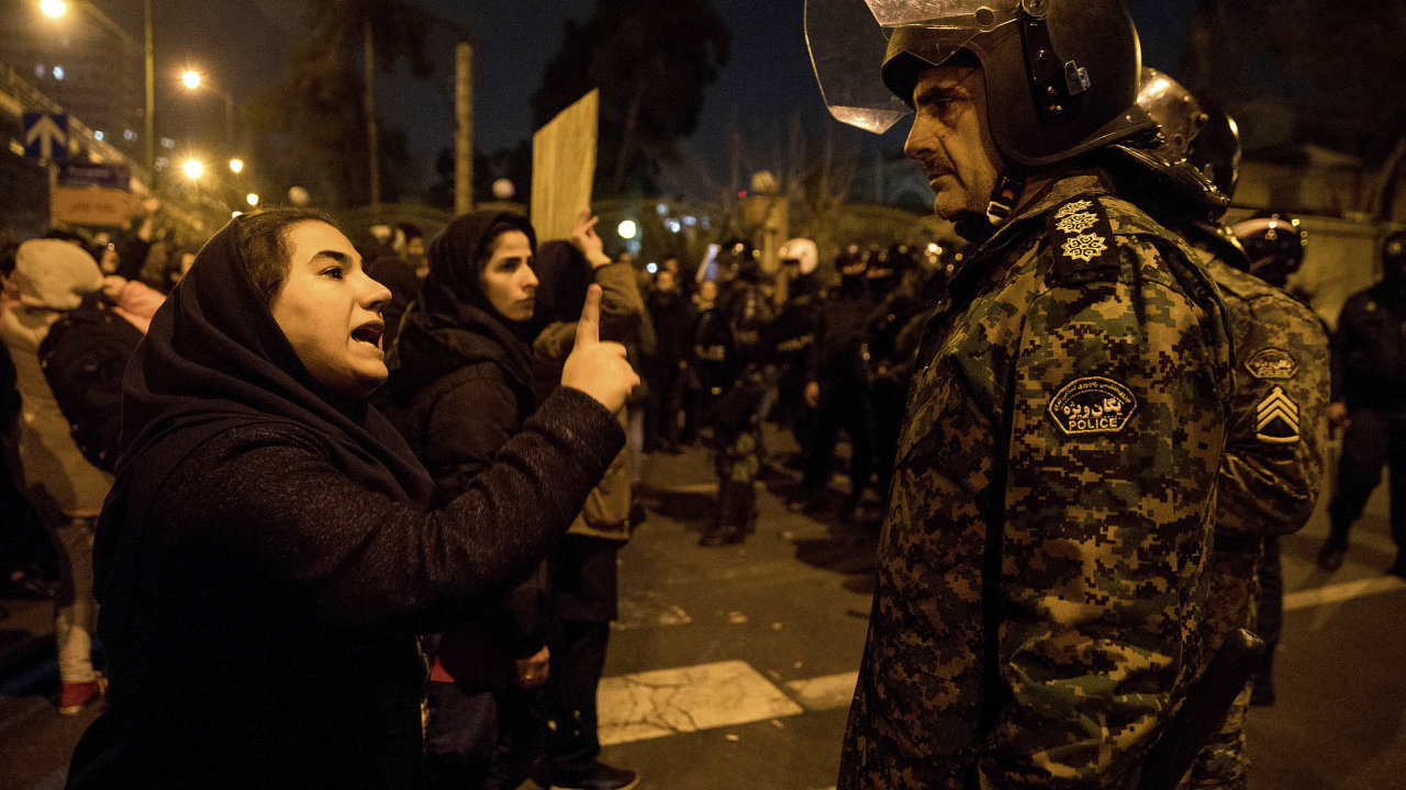 Demonstrace se konaly jen několik hodin poté, co teheránské úřady oficiálně přiznaly, že to byla právě jejich raketa, která ukrajinský boeing sestřelila.