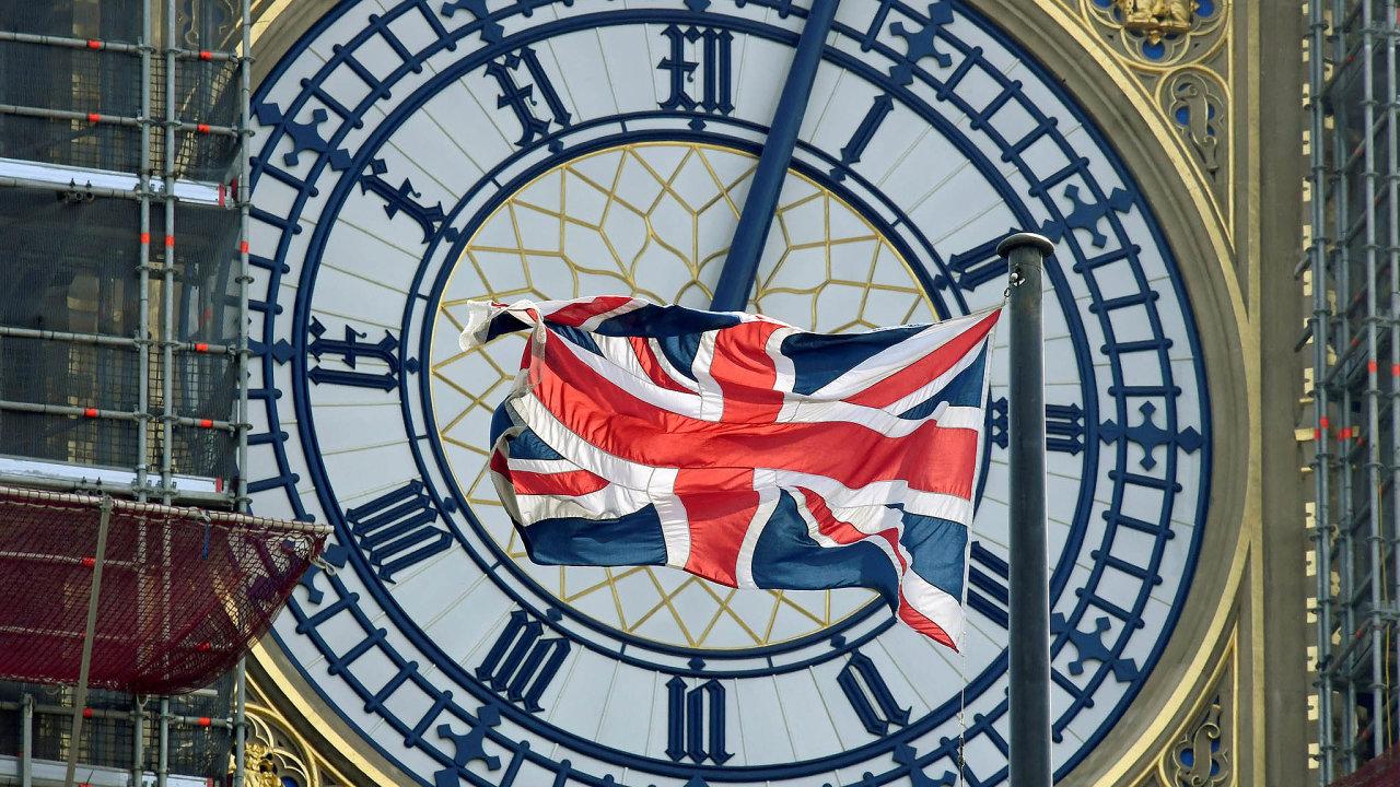Union Jack. Originální název vlajky Spojeného království symbolizuje vnitřní jednotu. Unii sEvropou Británie opouští. Brexit nastane, až vpátek londýnský Big Ben (nasnímku zavlajkou) odbije 23 hodin.