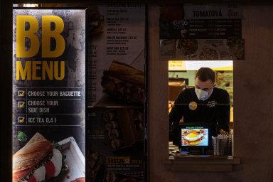 Řada restaurací řeší své nucené zavření prodejem z okénka.