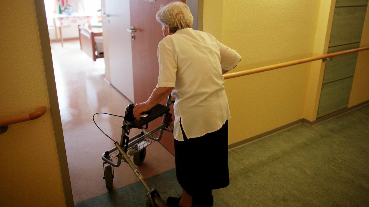 Týdny bez rodiny: Dveře domovů pro seniory se pro návštěvy otevřely koncem května po11 týdnech.