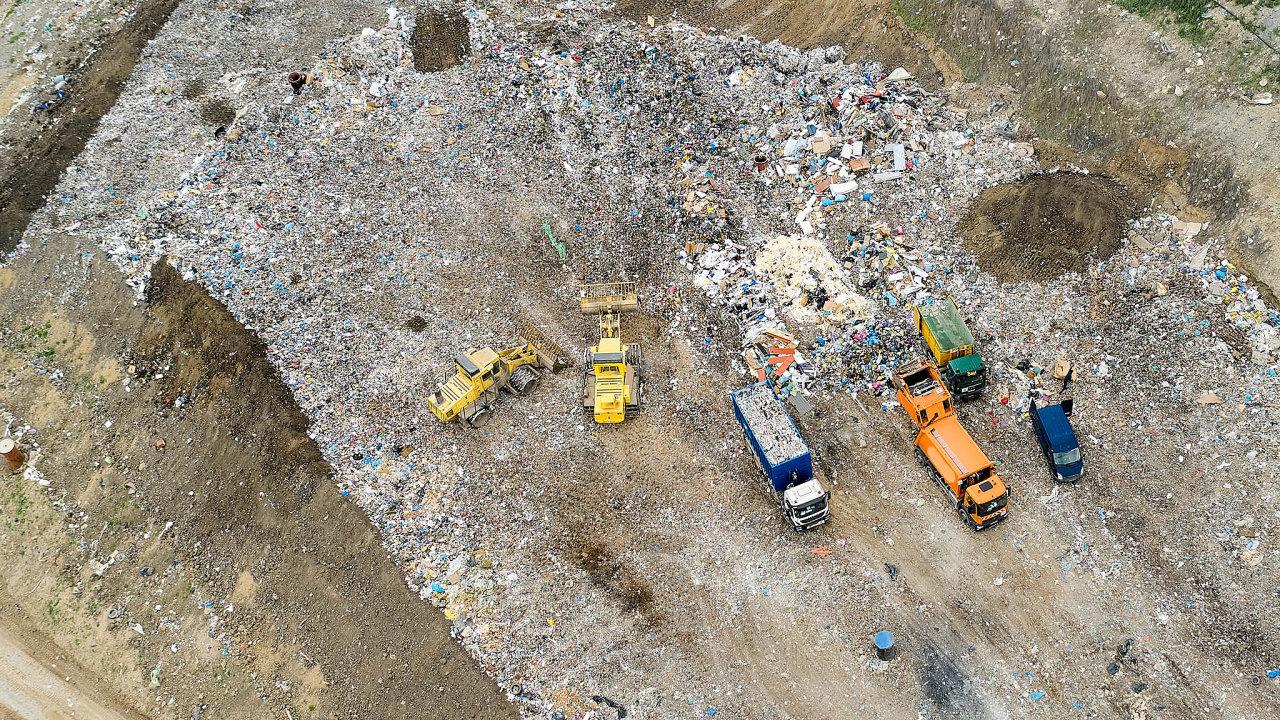 Narozkrytí firem, které nepřehledně nakládají snebezpečným odpadem, je inspekce ipolicie krátká. Přirovnávají to kobchodům stopnými oleji zdevadesátých let.