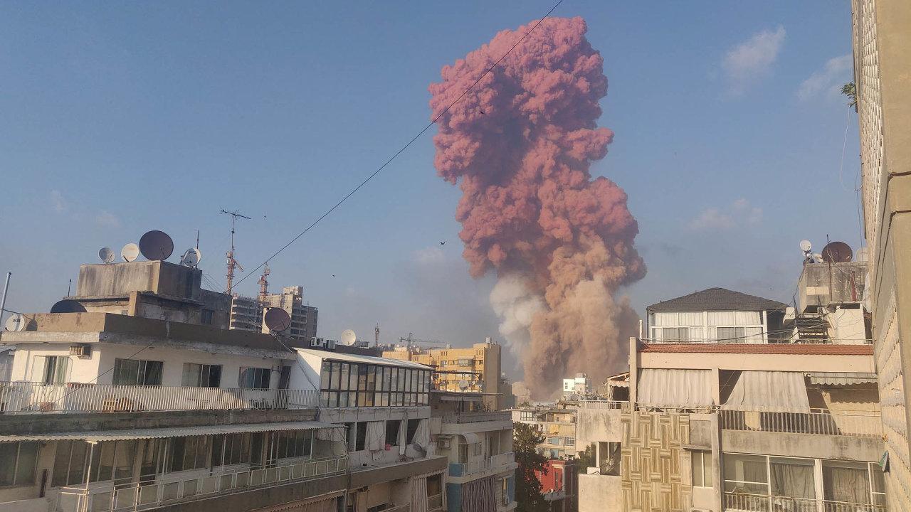 Bezprostředně povýbuchu se nanebi objevil načervenalý mrak.
