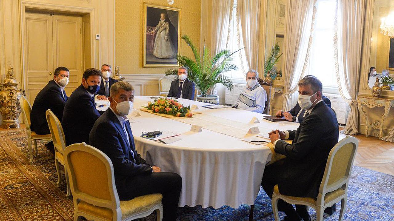 V lánském zámku se sešli 29. září nejvyšší ústavní činitelé k jednání o zahraniční politice bez účasti předsedy Senátu Miloše Vystrčila (ODS), kterého prezident Miloš Zeman nepozval.