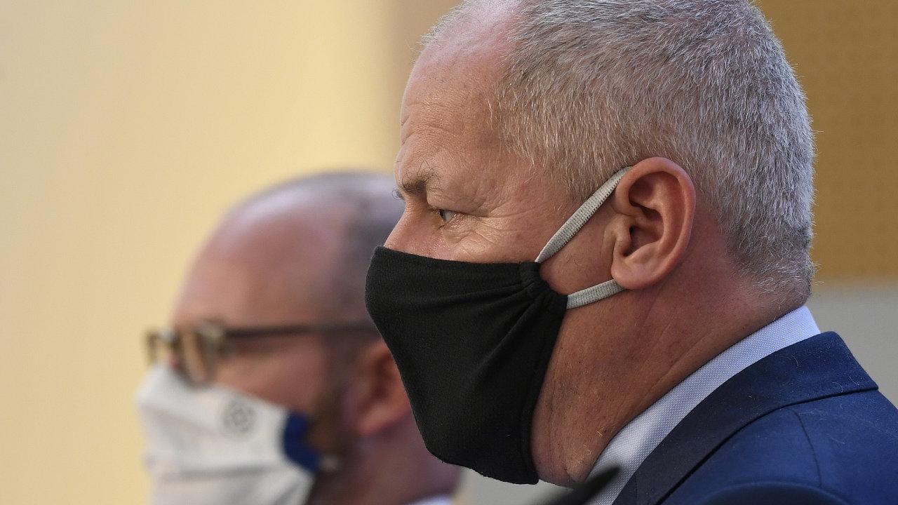 Ministr zdravotnictví Roman Prymula (v popředí) oznámil zavedení nouzového stavu, ministr školství Robert Plaga pak další omezení pro střední školy.