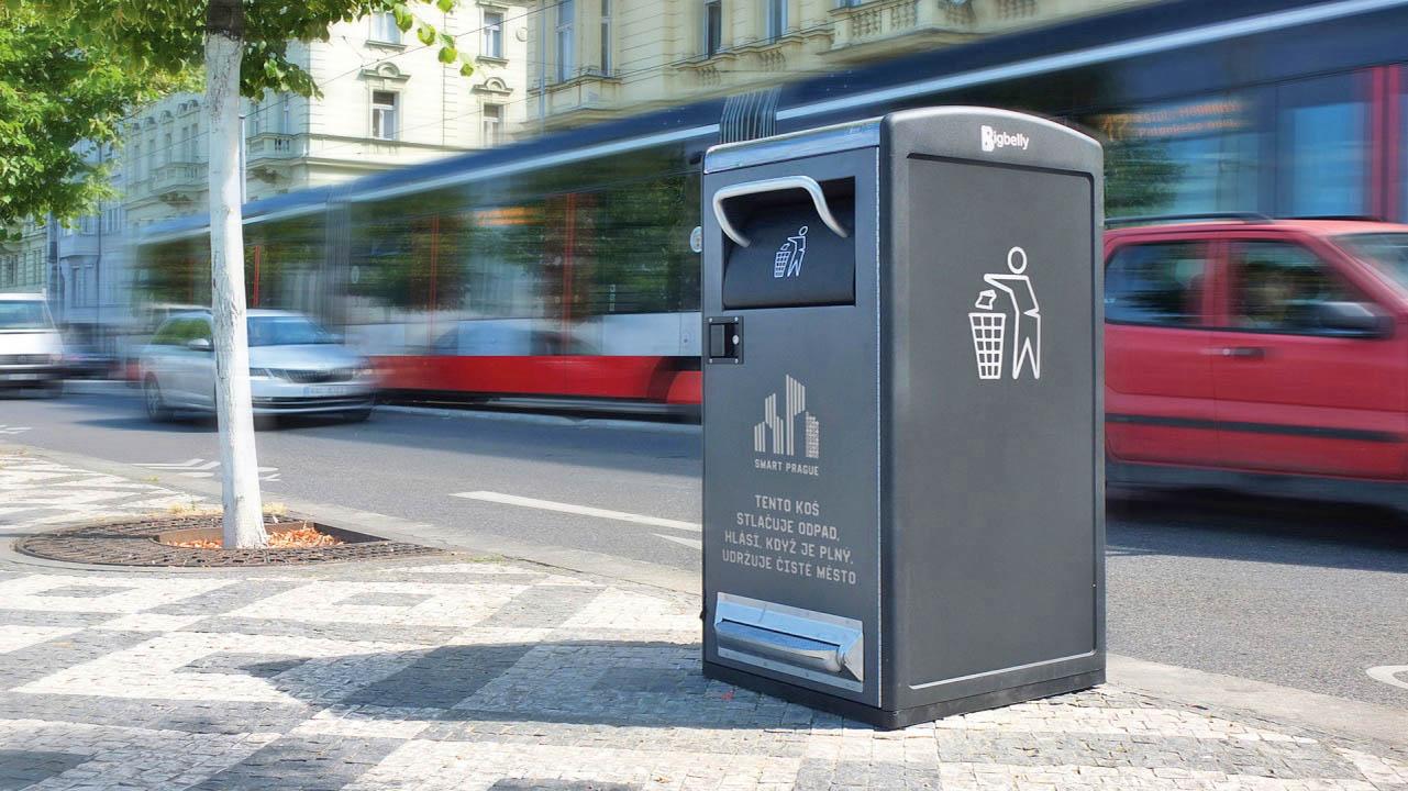 Jedním z dílčích projektů z oblasti Smart city, které se zkoušely v Praze, jsou kompresní koše BigBelly. Jsou napájené solárními panely a poskytují on-line informace o svém naplnění.